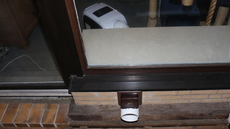 Die warme Abluft der Monoblock Klimaanlage muss irgendwo hin können.