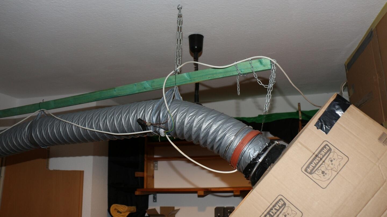 Die Aufhängung vom Luftschlauch gelingt mit der Leiste, die mit zwei Dübeln von der Decke gehangen wird.
