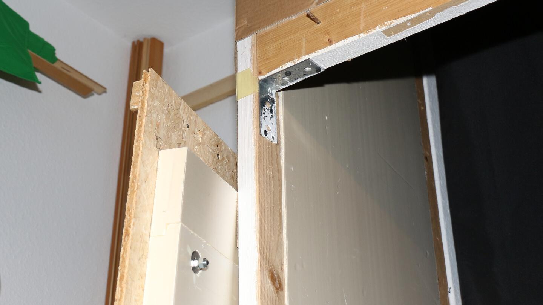 Begabte Heimwerker können ihre Kammer mit dicht schließender Hängetür bauen.