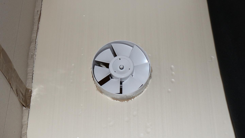 Damit die Kaltluft sich nicht aus der Wohnung drückt, wird Raumluft zurück in die Kammer geblasen.
