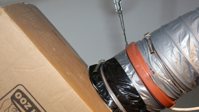 Der Trichter-Karton soll am Rohrlüfter montiert werden? Mit einer Schlauchschelle!