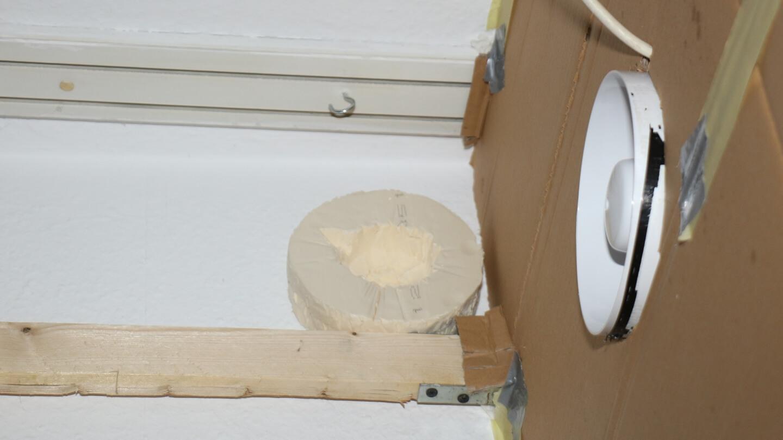 Der Zulüfter drückt für den geschlossenen Luftkreislauf Luft in den Fensterkasten.