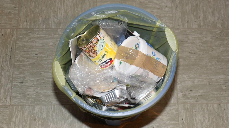 Atemmaske in den Müll? Besser sichern, um die Ansteckung Anderer zu verhindern!