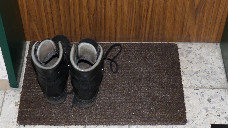 Infektiöse Spuckreste unterm Schuh? Schuhe und Jacke ausziehen!