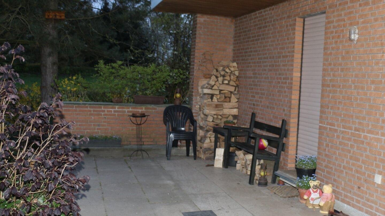 Trotz Social Distancing Leute treffen – Sitzecke im Freien mit Abstand gegen Covid 19