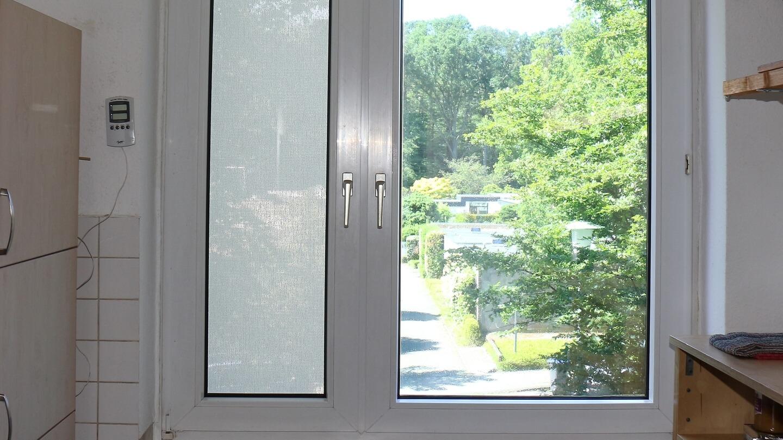 Die selbstklebende Fensterfolie schluckt im Winter Licht, die abnehmbare Scheibenfixs nicht!