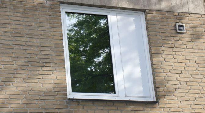 Neben der spiegelnden Isolierfolie die abnehmbare Scheibenfixs Fensterfolie.
