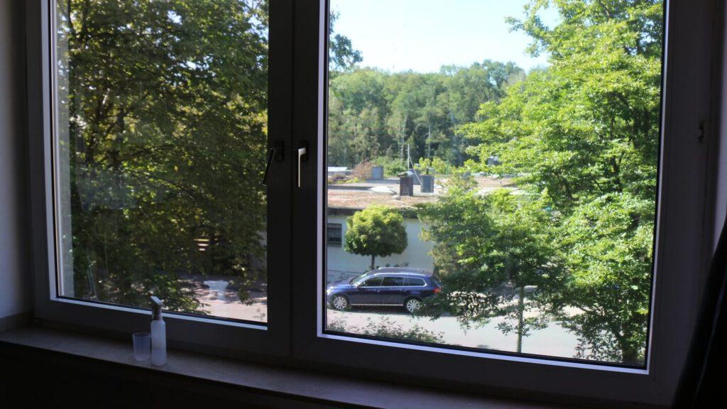 Isolierende selbstklebende Fensterfolie zur linken, daneben in Vorbereitung