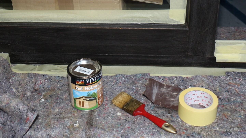 Erst die Lasur der Holzfenster auffrischen, dann die Spiegelfolie anbringen!