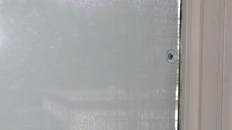 Kleine Lichtspalte bei Saugnapf-Anbringung einer Scheibenfixs Fensterfolie