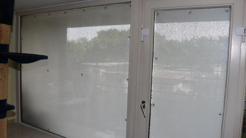 Scheibenfixs Fensterfolie – Blick nach draußen bei Tag – farbige Umrisse