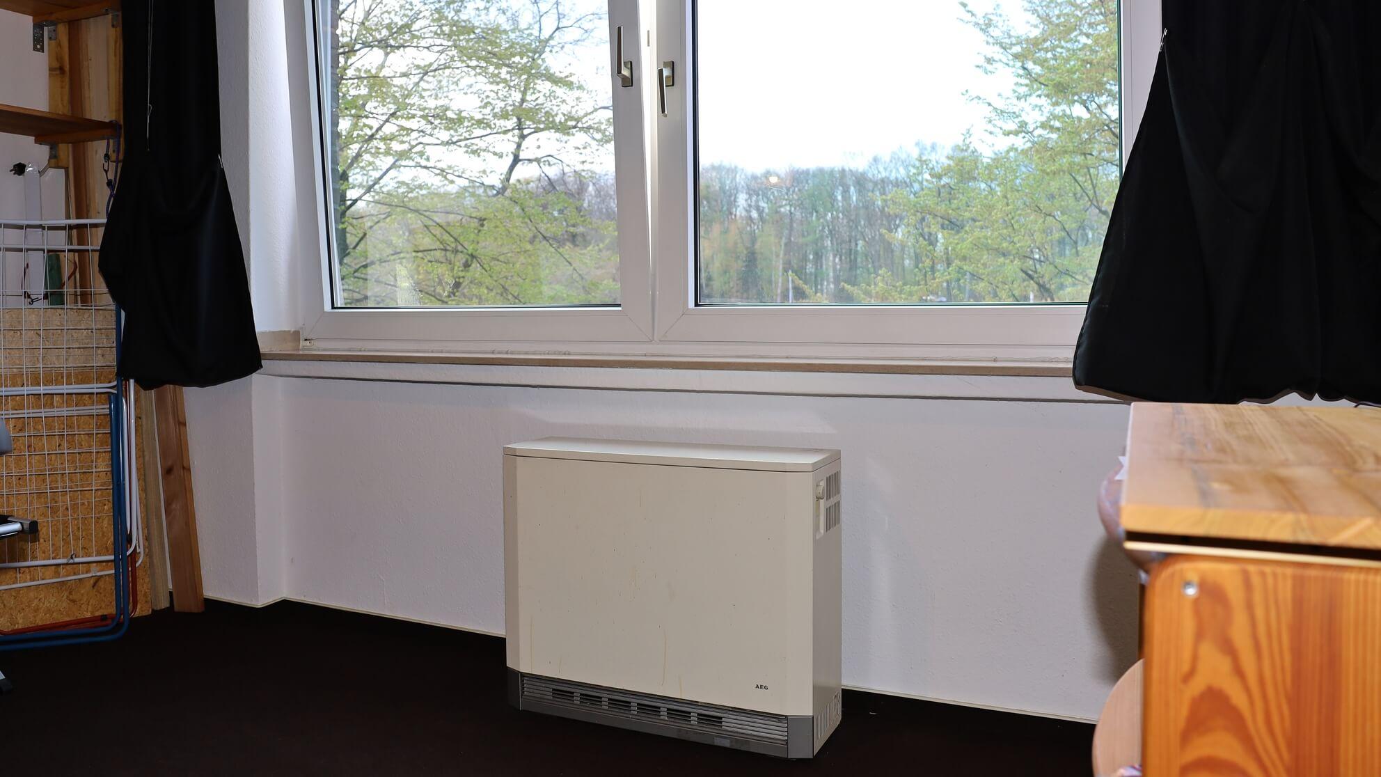 Wer wie hier bei offenem Fenster heizt, steigert seinen Energieverbrauch